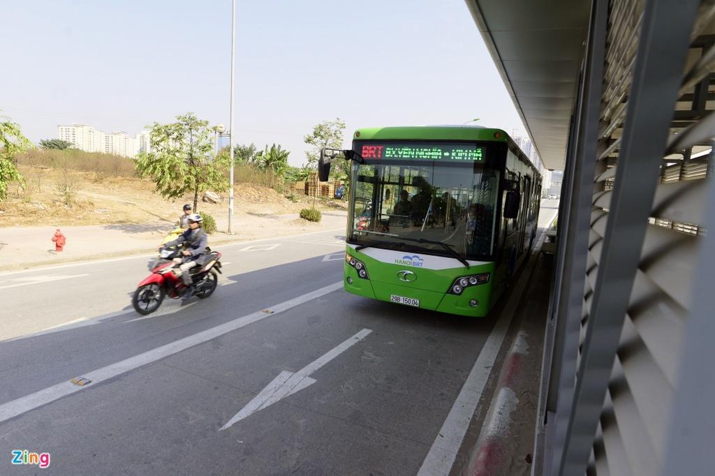 Buyt nhanh BRT bi xe may 'chan' dau khi chay thu nghiem hinh anh 5