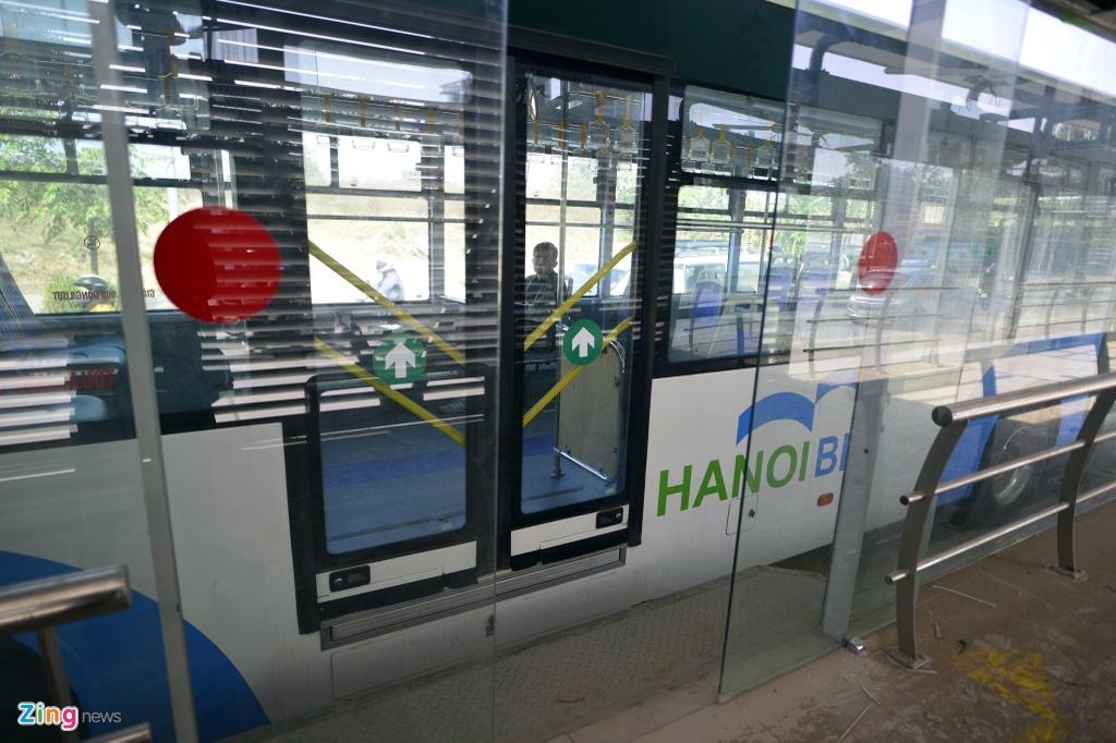Buyt nhanh BRT bi xe may 'chan' dau khi chay thu nghiem hinh anh 8