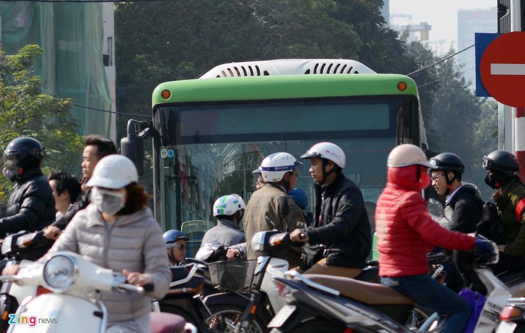 Buyt nhanh BRT bi xe may 'chan' dau khi chay thu nghiem hinh anh 2