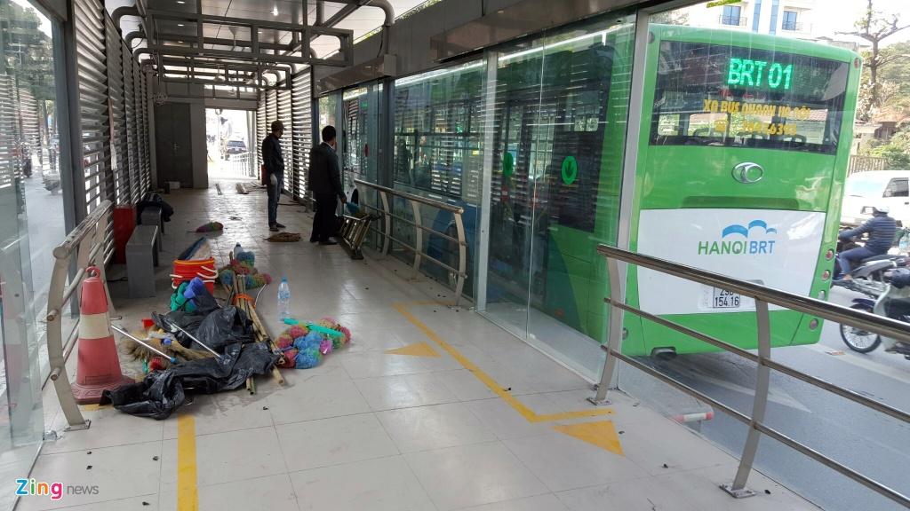 Buyt nhanh BRT bi xe may 'chan' dau khi chay thu nghiem hinh anh 9