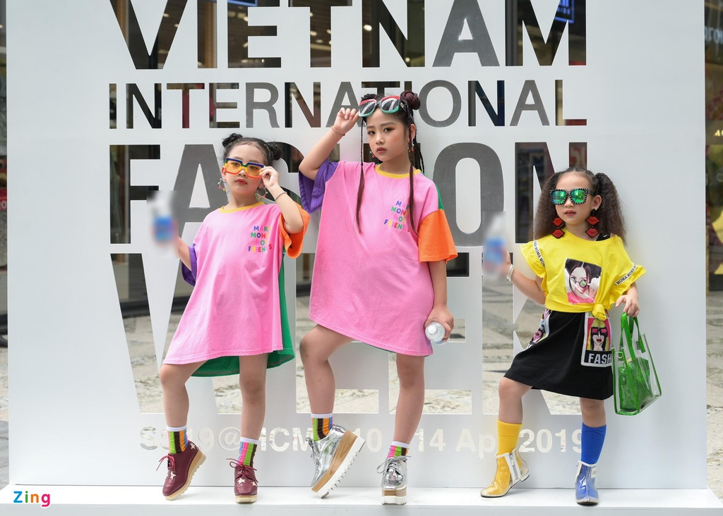 Street style VIFW 2019 ngay 3 va nhung nguoi mau nhi sanh dieu hinh anh 13