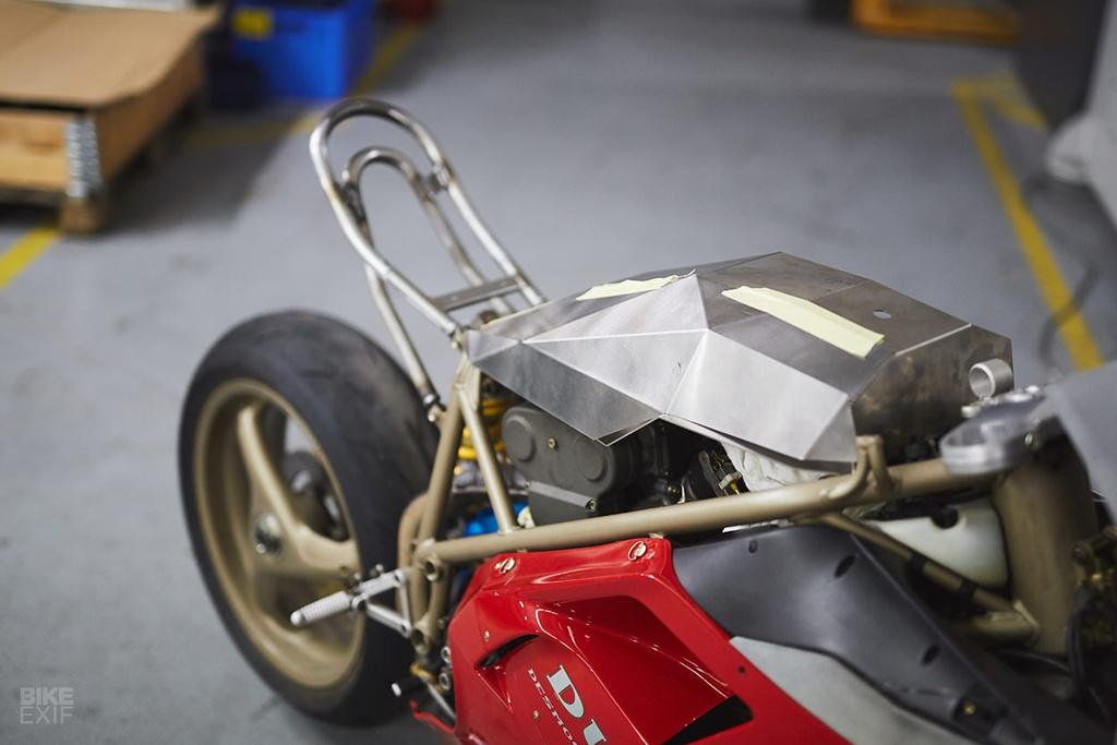 Ducati 916 do theo phong cach giay bong ro Air Jordan hinh anh 6
