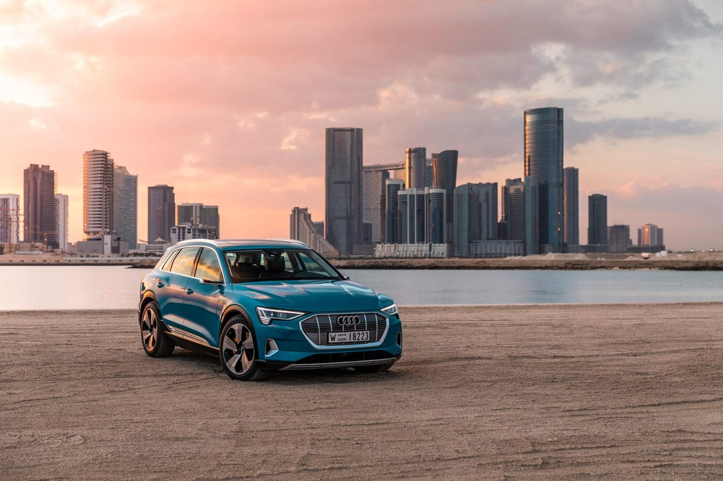 SUV dien Audi E-Tron gia tu 92.300 USD, de doa Tesla Model X hinh anh 1