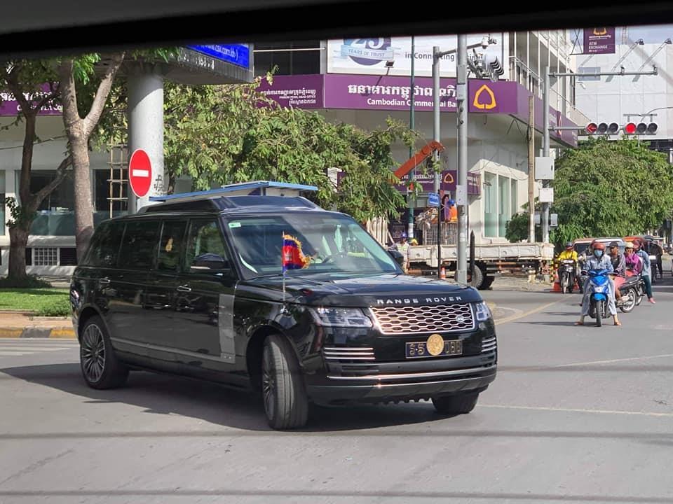 Vua Campuchia di SUV chong dan den le hoi trong cay hinh anh 2