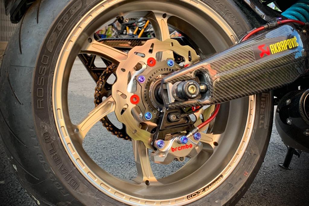 Honda CB650R voi goi do hang hieu cua biker SG, dat hon ca xe moi hinh anh 9