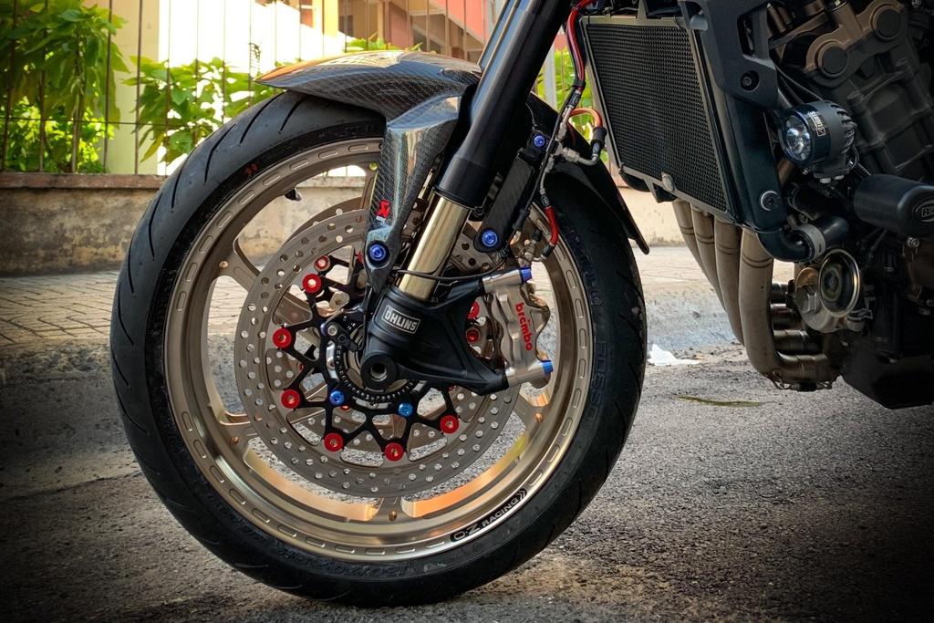 Honda CB650R voi goi do hang hieu cua biker SG, dat hon ca xe moi hinh anh 6