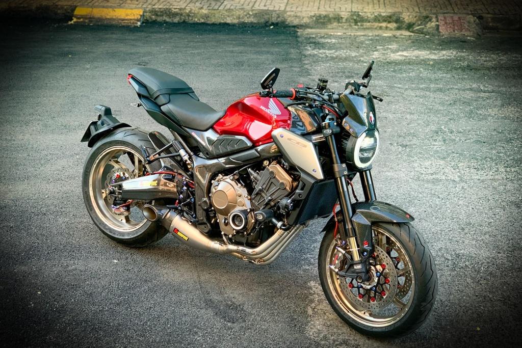 Honda CB650R voi goi do hang hieu cua biker SG, dat hon ca xe moi hinh anh 1