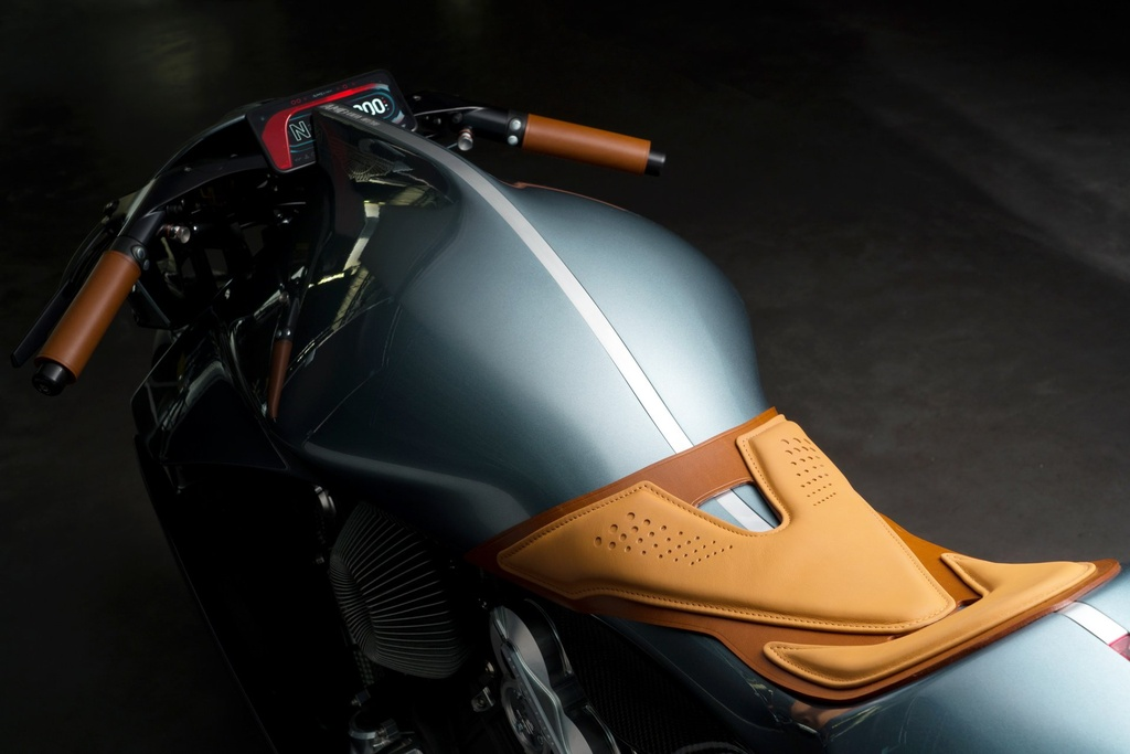 Aston Martin ra mat sieu moto gia 120.000 USD, than xe bang carbon hinh anh 3