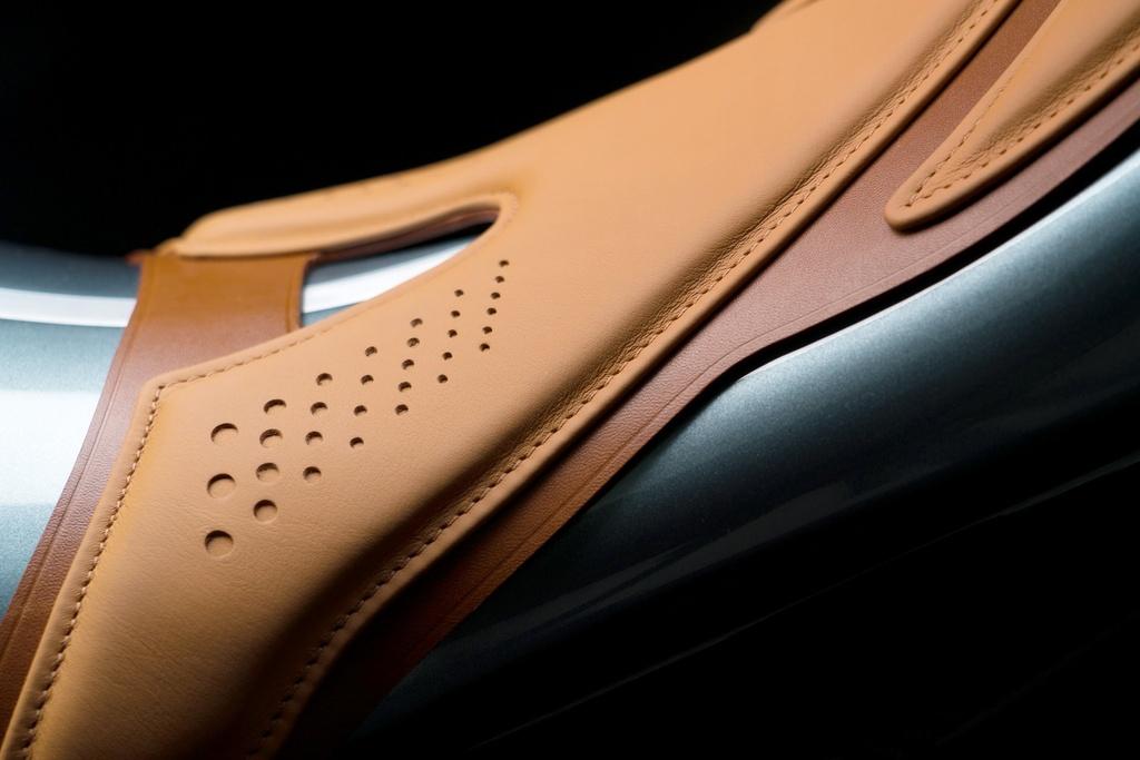 Aston Martin ra mat sieu moto gia 120.000 USD, than xe bang carbon hinh anh 7