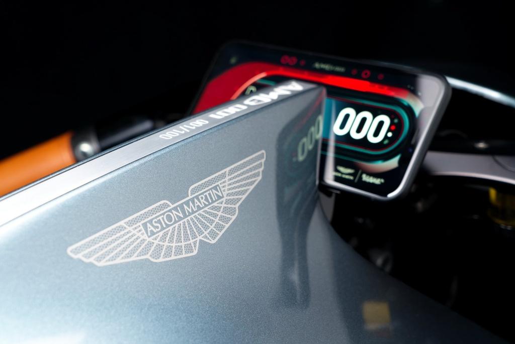 Aston Martin ra mat sieu moto gia 120.000 USD, than xe bang carbon hinh anh 6