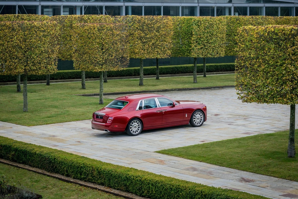 Rolls-Royce Phantom mau do doc nhat dau gia giup do benh nhan AIDS hinh anh 11