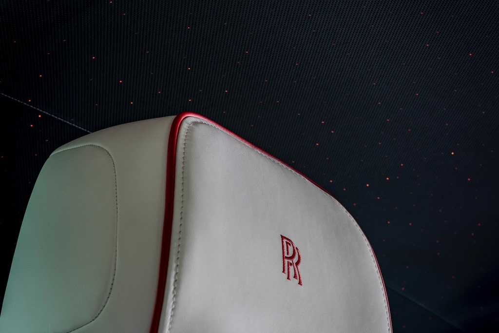 Rolls-Royce Phantom mau do doc nhat dau gia giup do benh nhan AIDS hinh anh 6