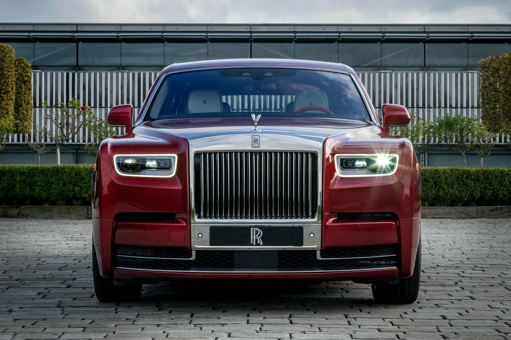 Rolls-Royce Phantom mau do doc nhat dau gia giup do benh nhan AIDS hinh anh 3