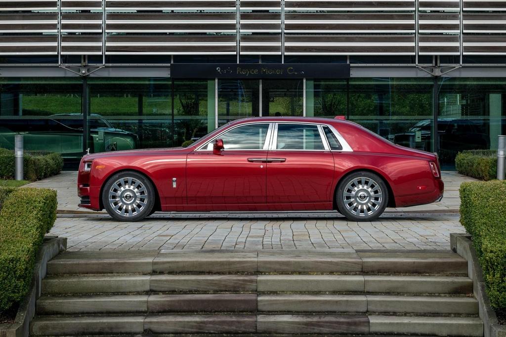 Rolls-Royce Phantom mau do doc nhat dau gia giup do benh nhan AIDS hinh anh 2