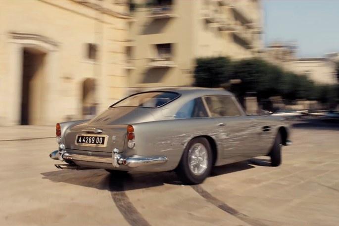 Hang loat mau xe dinh dam xuat hien trong trailer phim James Bond moi hinh anh 2 ezgif.com-webp-to-jpg_(4).jpg