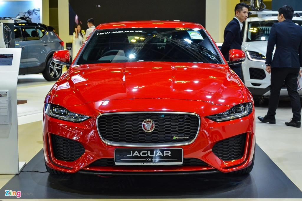 Tổng thể, thiết kế của XE 2020 thừa hưởng tinh thần từ thế hệ cũ nhưng được thay đổi đôi chút để trông cá tính hơn. Ở phía trước, Jaguar XE 2020 sở hữu các hốc gió lớn hơn và đường nét cơ bắp tạo nên vẻ thể thao cho xe.
