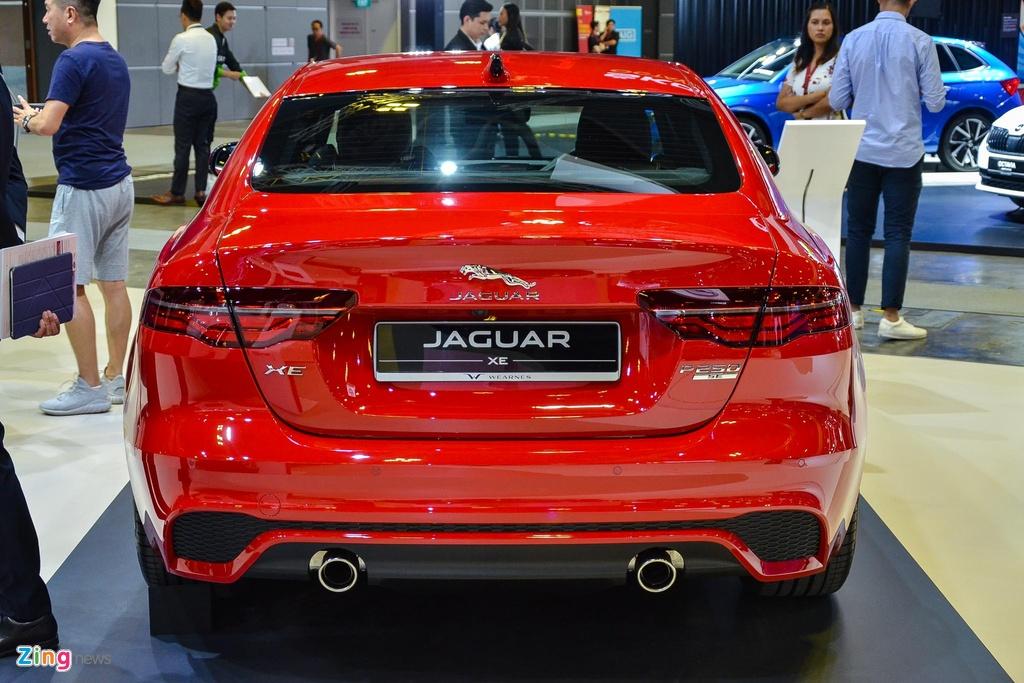 Kết hợp với hộp số tự động 8 cấp và hệ dẫn động cầu sau, mẫu sedan này có thể tăng tốc 0-100 km/h trong 6,5 giây trước khi đạt vận tốc tối đa 250 km/h. Theo Jaguar, XE 2.0 R-Dynamic SE có mức tiêu hao nhiên liệu vào khoảng 7,2 lít/100 km.