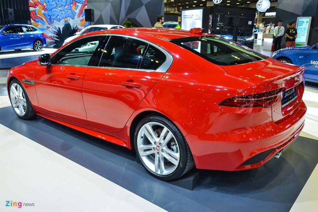 Jaguar XE 2020 sở hữu chiều dài 4.678 mm, rộng 1.967 mm và cao 1.416 mm. Trục cơ sở xe ở mức 2.835 mm. So với thế hệ cũ, XE 2020 dài hơn 6 mm và rộng hơn 117 mm. Nhờ vậy, mẫu sedan này trông bề thế hơn.
