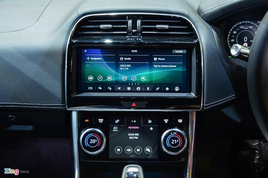 Bên cạnh đó, XE còn được trang bị một số tiện nghi hiện đại như cụm đồng hồ số 12,3 inch, gương hậu dạng camera ClearSight hoàn toàn mới và sạc không dây cho smartphone. Mẫu sedan này còn được tích hợp công nghệ Smart Settings sử dụng trí tuệ nhân tạo học thiết lập của từng người lái, qua đó tự động điều chỉnh các thiết bị trong xe.
