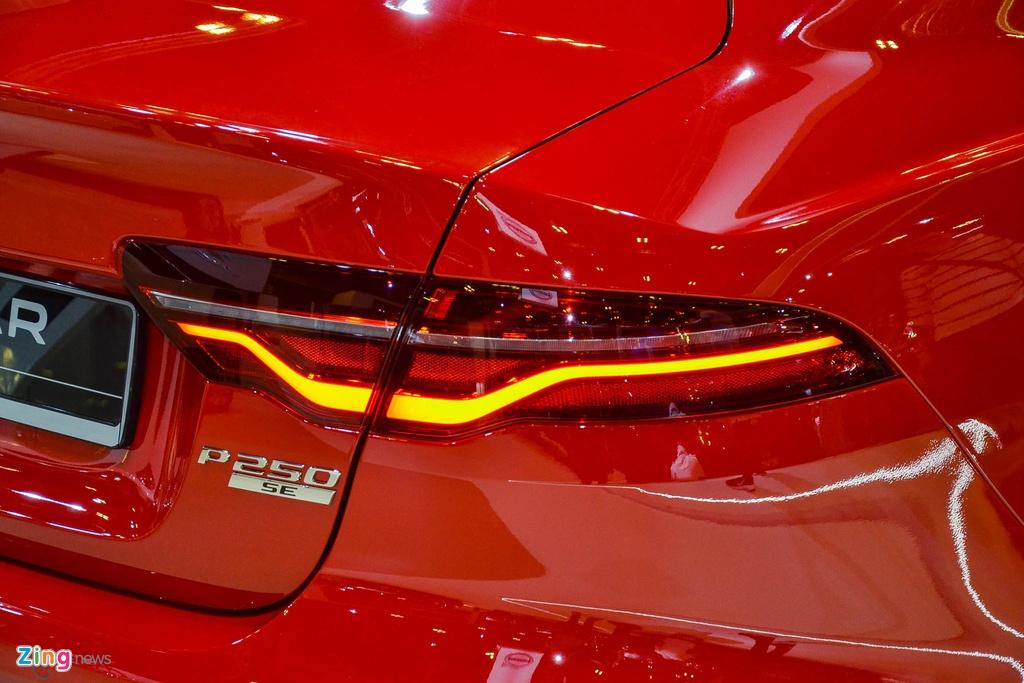 Jaguar XE 2.0 R-Dynamic SE đang được trưng bày tại triển lãm Singapore Motor Show sở hữu động cơ tăng áp 4 xy-lanh 2.0L, sản sinh công suất 247 mã lực tại 5.500 vòng/phút và mô-men xoắn 365 Nm tại 1.300-3.500 vòng/phút.