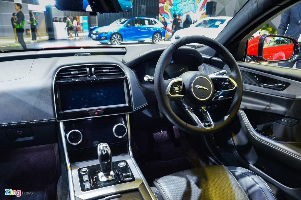 Ở thế hệ cũ, nội thất của XE không được đánh giá cao. Do đó, Jaguar đã làm tốt hơn ở phiên bản nâng cấp giữa vòng đời. Khoang ca-bin của XE 2020 sử dụng nhiều vật liệu cao cấp, hướng đến sự sang trọng và thoải mái.