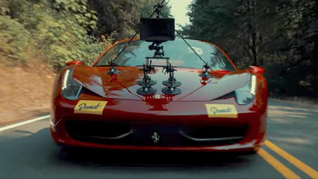 Ferrari 458 Spider: Để ghi hình chiếc Toyota 86 độ động cơ của Ferrari 458 Italia, hãng phim Donut Media đã sử dụng một chiếc Ferrari 458 Spider làm xe quay phim. Tương tự bản coupe, 458 Spider được trang bị động cơ V8 4.5L cho công suất 570 mã lực và mô-men xoắn cực đại 540 Nm. Sức mạnh này giúp xe tăng tốc 0-100 km/h trong 3,4 giây, tốc độ tối đa 325 km/h. Ảnh: Motor1.