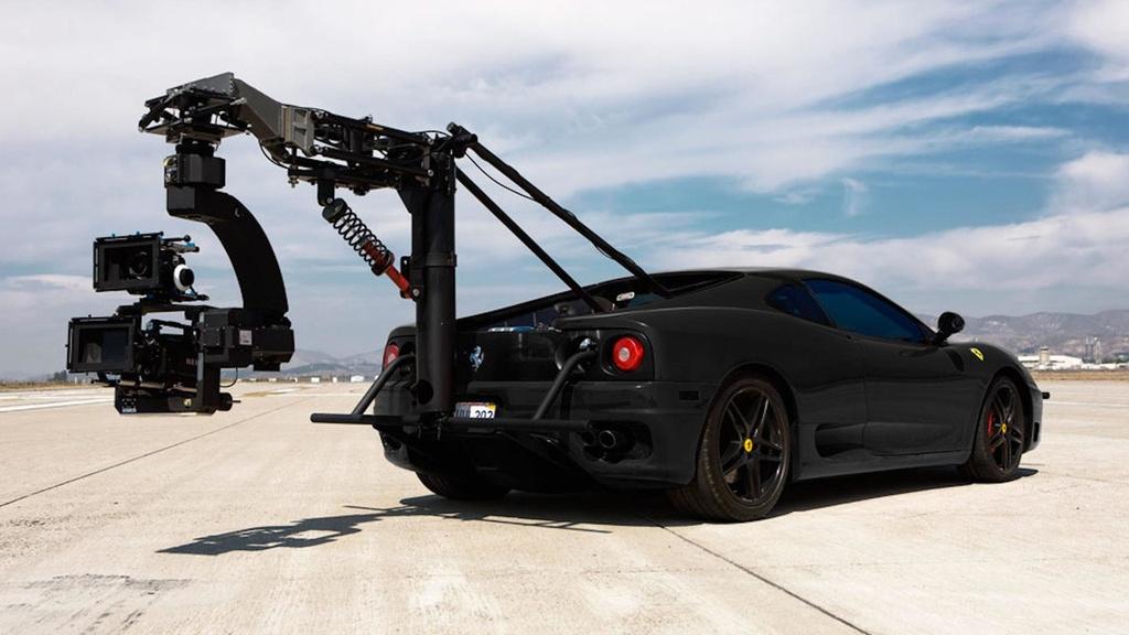 Ferrari 360 Modena: Một chiếc Ferrari khác góp mặt vào danh sách này, đó là chiếc 360 Modena. Hãng phim Filmotechnic đã biến chiếc siêu ngựa thành cỗ máy quay phim thực thụ và cho thuê. Theo Filmotechnic, chiếc 360 Modena cho khả năng xử lý nhanh nhạy, phù hợp với việc quay phim. Siêu xe này được trang bị động cơ V8 3.6L, sản sinh công suất 400 mã lực, tăng tốc 0-100 km/h trong khoảng 4,4 giây và có thể đạt vận tốc tối đa 288 km/h. Bên cạnh Ferrari 360 Modena, hãng Filmotechnic còn có chiếc Ford F-150 Raptor. Ảnh: Motor1.