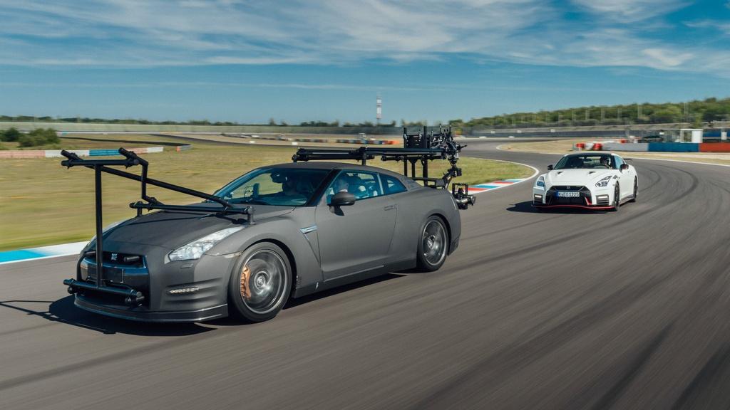 Nissan GT-R: Để bắt kịp những chiếc xe thể thao trên đường đua, một nhà làm phim đã chọn chiếc Nissan GT-R. Với hệ thống treo thấp hơn cùng sức mạnh 565 mã lực từ động cơ tăng áp kép V6, dung tích 3.8L, chiếc GT-R vừa đáp ứng yếu tố hiệu suất cũng như khả năng xử lý ổn định. Mức giá 100.000 USD của Nissan GT-R cũng là một lợi thế so với các mẫu xe trong danh sách này. Ảnh: Paultan.