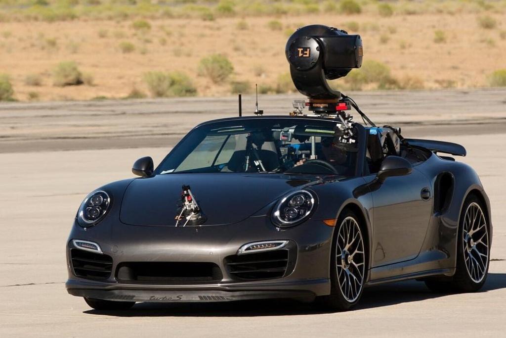 Porsche 911 Turbo S Cabriolet: Trong chiến dịch quảng cáo của hãng hàng không Delta Airlines, chiếc Porsche 911 Turbo S Cabriolet được lựa chọn làm xe quay phim. Chiếc xe thể thao này đủ nhanh để có thể bắt được những khoảnh khắc của chiếc Airbus A330. Porsche 911 Turbo S Cabriolet được trang bị động cơ 6 xy-lanh 3.8L, cho công suất 560 mã lực, tăng tốc 0-100 trong 2,9 giây. Ảnh: @shotovercamera.