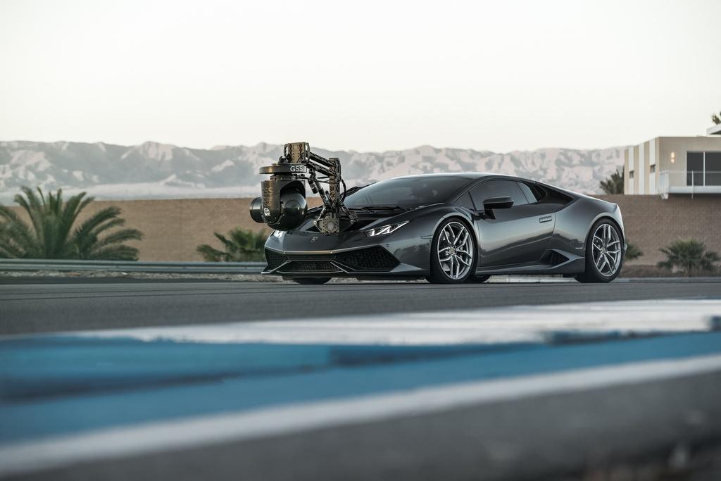 Lamborghini Huracan: Chiếc Huracan được Incline Dynamic Outlet độ thêm cơ cấu camera ổn định bằng hệ thống con quay hồi chuyển. Ngoài ra, hãng này còn độ lại khung xe, lắp thêm hệ thống điều khiển camera với chi phí lên đến 300.000 USD, nâng tổng giá trị chiếc lên 500.000 USD. Chiếc