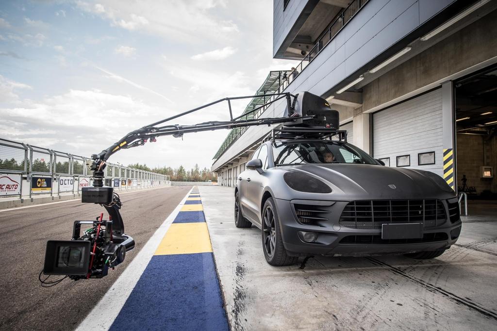 Có bao giờ bạn thắc mắc làm thế nào để các nhà sản xuất quay được cảnh rượt đuổi tốc độ cao trong phim hay đơn giản là quay video quảng cáo cho một mẫu siêu xe. Thông thường, đa số nhà sản xuất sử dụng các mẫu SUV hiệu suất cao như Porsche Cayenne Turbo, BMW X5M hay Mercedes-Benz ML 63 AMG để có thể