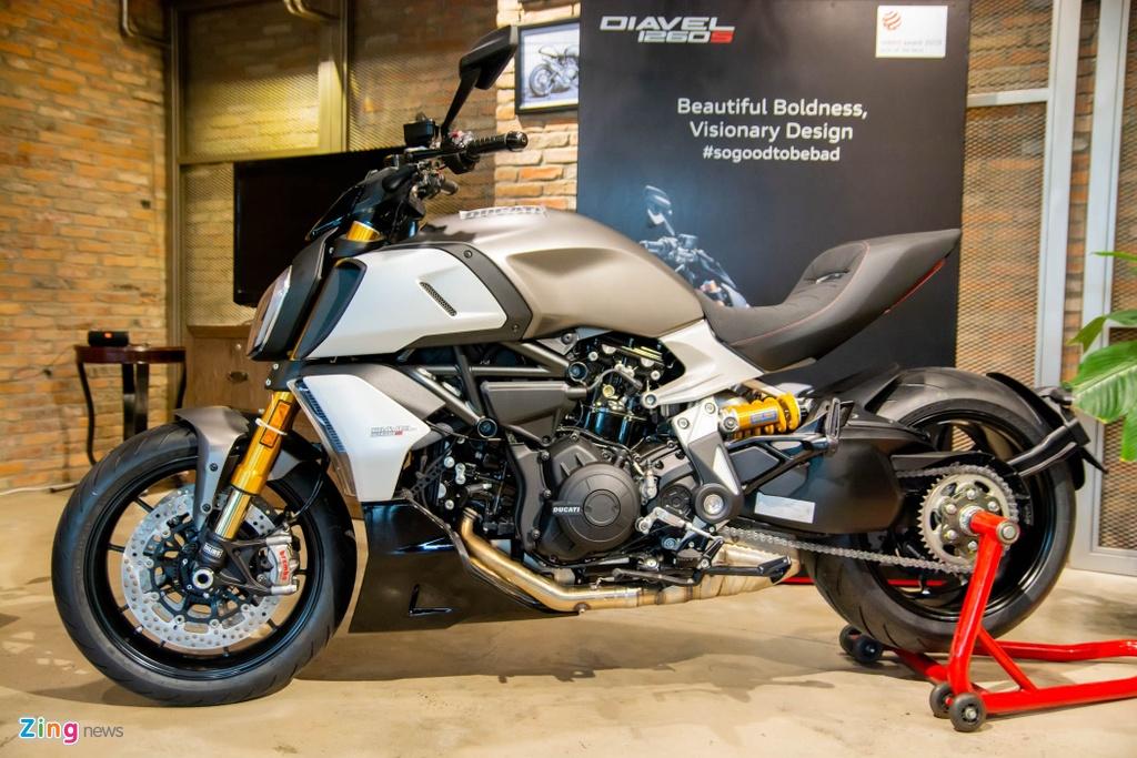 So sanh Triumph Rocket 3 voi Ducati Diavel 1260 anh 4