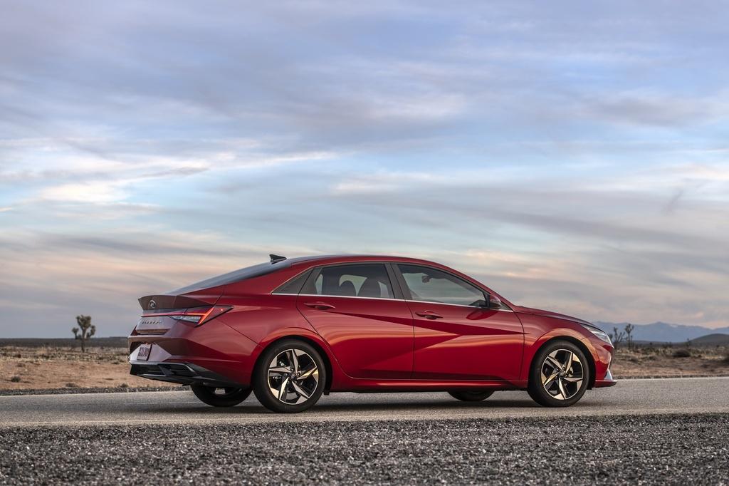 Hyundai Elantra 2021 ra mat, Mazda3 nen e de hinh anh 5 2021_Hyundai_Elantra_3_1.jpg