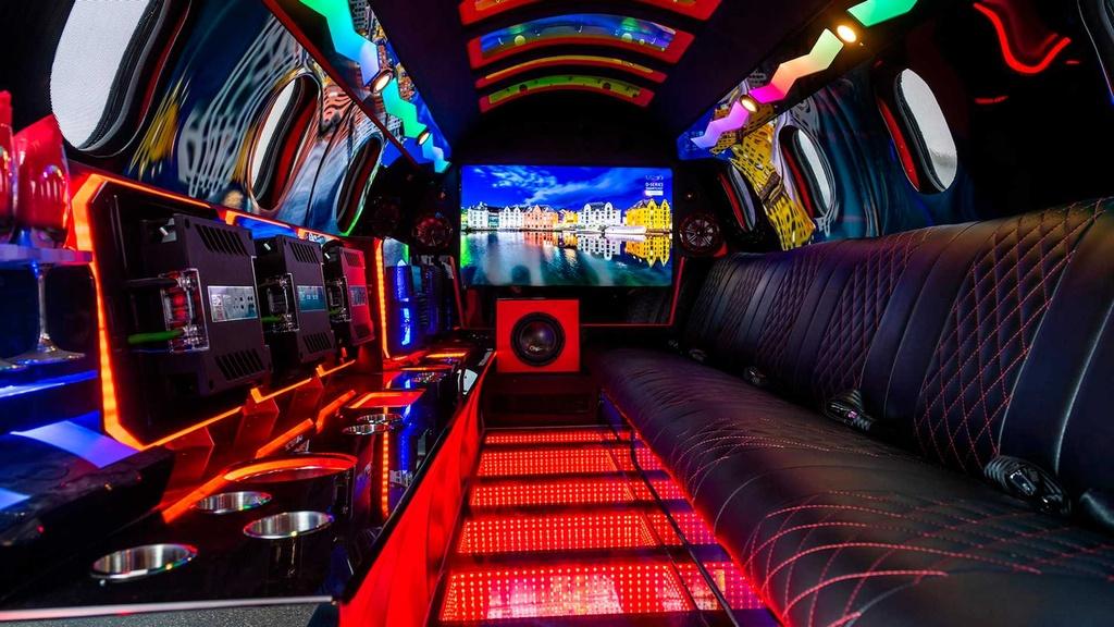 Limousine trong than xac may bay gia hon 1 trieu USD hinh anh 6 lear_based_custom_limo_jet_8_.jpg