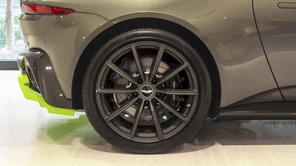 Aston Martin ra mat chiec Vantage AMR cho Malaysia anh 4