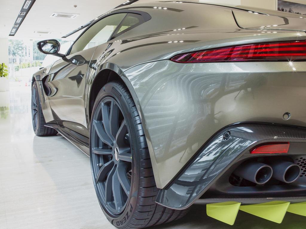 Aston Martin ra mat chiec Vantage AMR cho Malaysia anh 10
