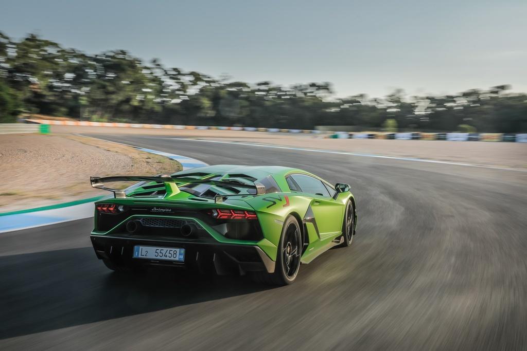 Lamborghini Aventador cham moc 10.000 xe duoc san xuat anh 3