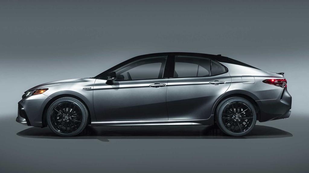 Theo Roadshow, Camry Hybrid 2021 sẽ rẻ hơn đời trước dù sở hữu hàng loạt nâng cấp. Trong khi phiên bản hybrid giảm giá, các phiên bản Camry chạy xăng được tăng giá đôi chút.