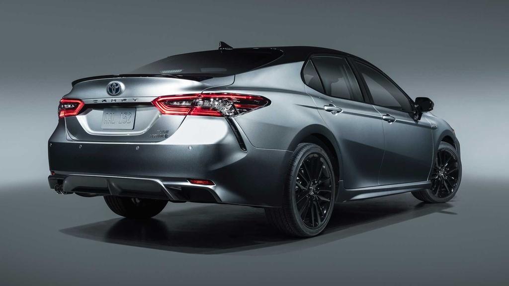 Với mức giá 28.300 USD, Toyota Camry Hybrid 2021 bản tiêu chuẩn giảm khoảng 1.160 USD so với đời cũ. Phiên bản SE và XLE giảm lần lượt là 1.345 USD và 560 USD. Ở đời 2021, Toyota bổ sung thêm phiên bản XSE có giá 33.750 USD cho dòng xe hybrid này. Ở chiều ngược lại, các phiên bản Camry 2021 sử dụng động cơ xăng tăng từ 315 đến 1.015 USD.