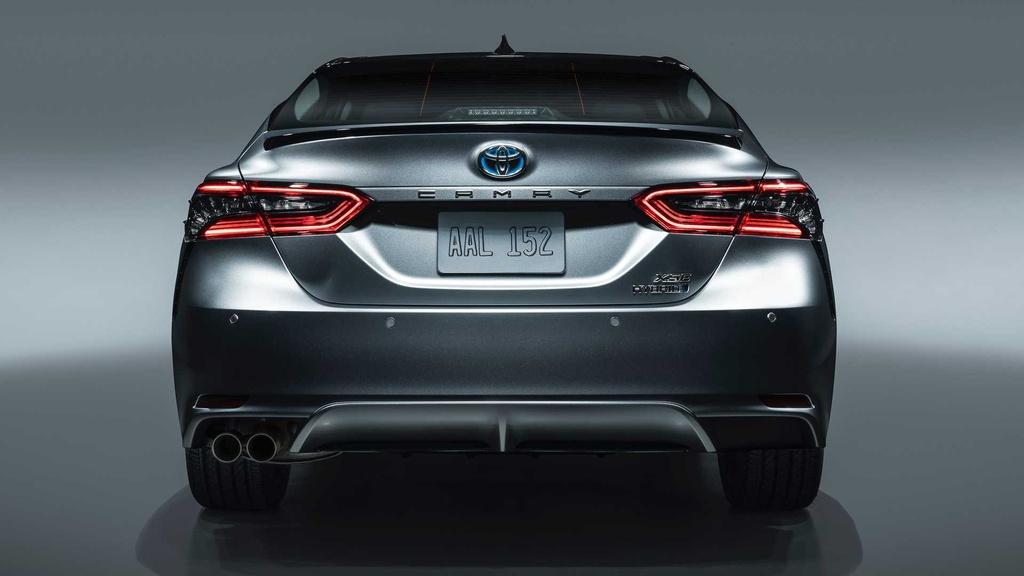 Được giới thiệu hồi tháng 7, Toyota Camry Hybrid được tinh chỉnh thiết kế, nâng cấp về công nghệ và bổ sung thêm phiên bản XSE cao cấp nhất.