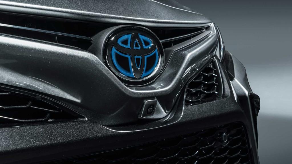Tất cả phiên bản Camry Hybrid đều sử dụng động cơ xăng 2.5L cùng 2 mô-tơ điện cho tổng công suất 208 mã lực, đi kèm hộp số E-CVT.