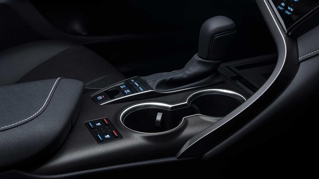 Như đã nói, nâng cấp đáng chú ý nhất trên Camry 2021 là gói an toàn Toyota Safety Sense 2.5 gồm hỗ trợ phanh khẩn cấp, cảnh báo điểm mù, cảnh báo trước va chạm, kiểm soát hành trình thích ứng, hỗ trợ chuyển làn đường. Nhờ được nâng cấp camera và radar, TSS 2.5 cho tầm hoạt động rộng hơn và độ phản hồi nhanh hơn.