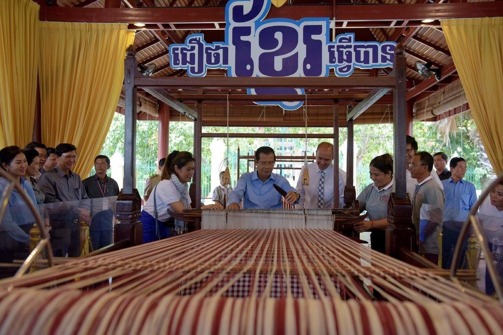 Banh tet 4 tan, khan dai 1 km: Campuchia lay long gioi tre bang ky luc hinh anh 3