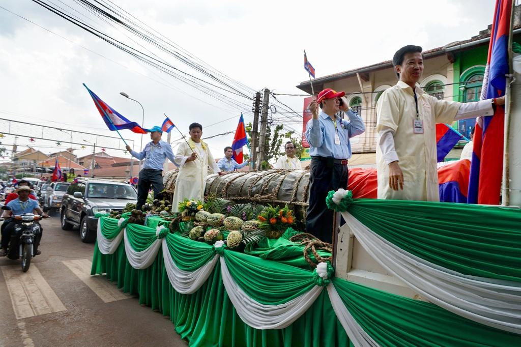 Banh tet 4 tan, khan dai 1 km: Campuchia lay long gioi tre bang ky luc hinh anh 1
