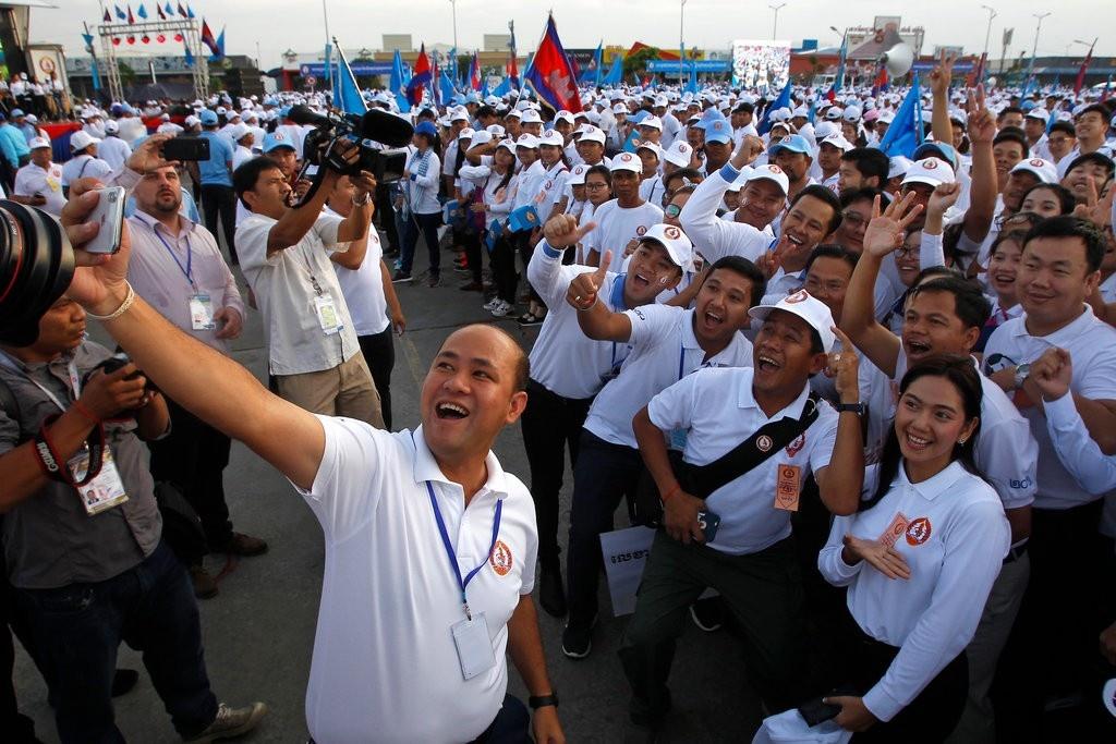 Banh tet 4 tan, khan dai 1 km: Campuchia lay long gioi tre bang ky luc hinh anh 2