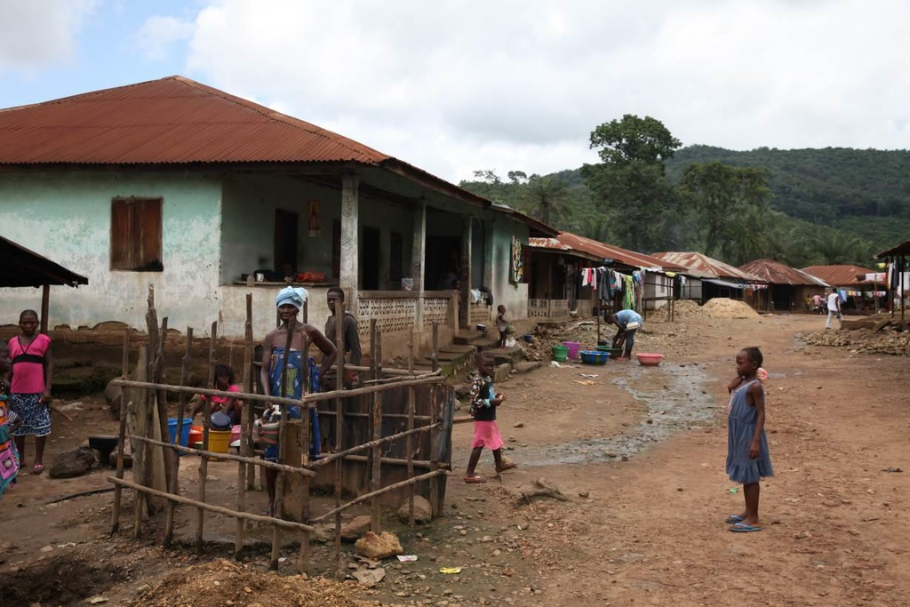 Cho TQ khai thac, Sierra Leone 'van hoan ngheo' du ngoi tren mo vang hinh anh 4
