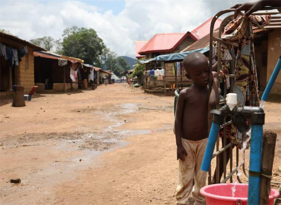 Cho TQ khai thac, Sierra Leone 'van hoan ngheo' du ngoi tren mo vang hinh anh 1