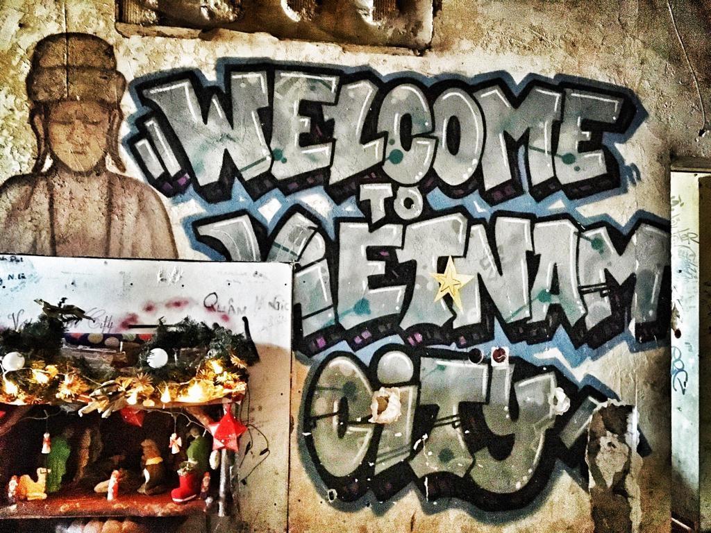 Vietnam City o Phap: Ban ngay nau an, dem den nhay xe container hinh anh 9