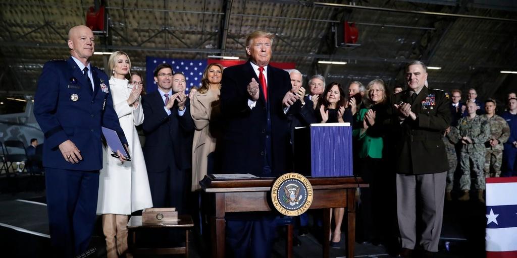 Ngan sach quoc phong vua duoc TT Trump ky cung ran hon TQ hinh anh 1 5dfd98df855cc258b952d102_AP.jpg