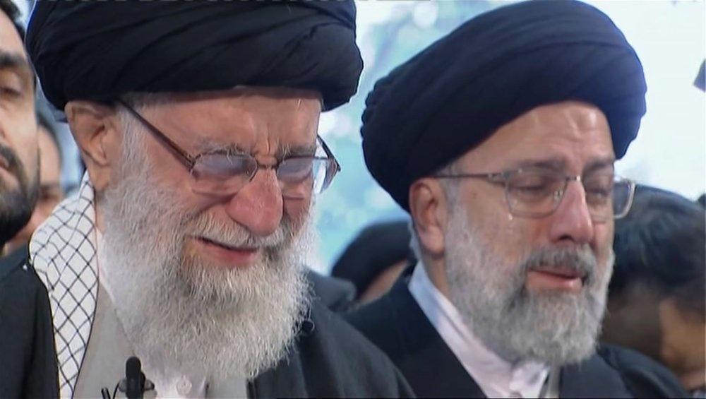Bien nguoi dua tang tuong Soleimani, doi tra thu My hinh anh 7 khamenei_khoc_Press_TV_AP.jpeg